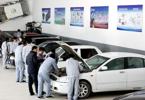 我校汽车运用与维修专业学生赴五菱汽车公司进行校外实习。